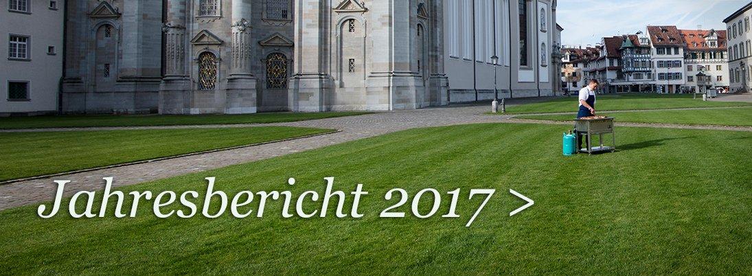 Partner_Jahresbericht Metzger grillt vor Kathedrale